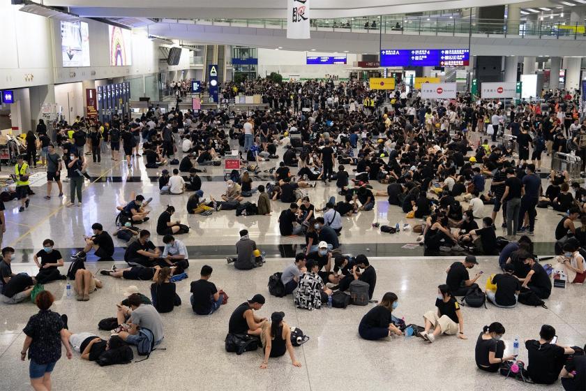 Hong Kong'da uçuşlar başladı