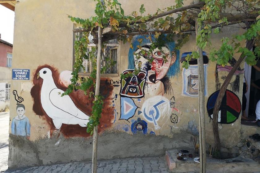 Barışa renk kat: Elazığ'da mahalleli duvarlara barışı çizdi