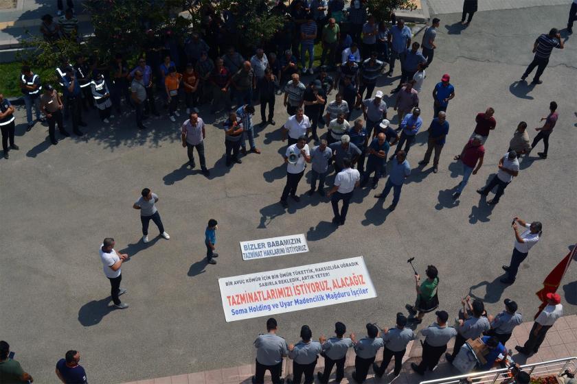 Soma'da işten atılan maden işçileri, ödenmeyen tazminatları için eylem yaptı