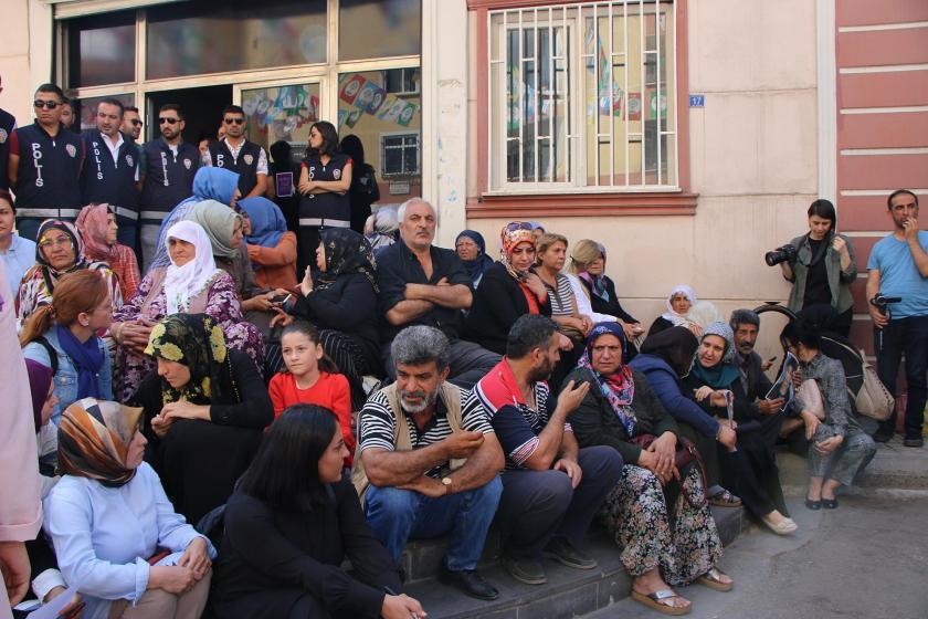 HDP önündeki ailelerin eylemi için çağrı: Acılar yarıştırılmasın artık çözüm bulunsun