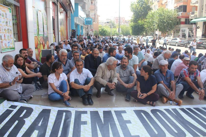 Diyarbakır'da belediye meclis üyeleri eylem alanında toplantı yaptı