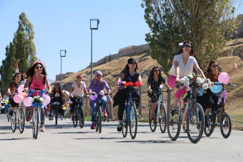"""Kadınlar 'Dünya Otomobilsiz Kentler Günü""""nde pedal çevirdi"""