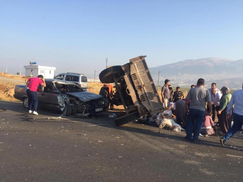 Tarım işçilerini taşıyan traktörle otomobil çarpıştı: 6 yaralı