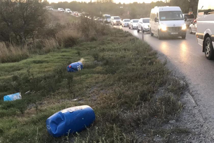 Arnavutköy'de seyir halindeki kamyondan kimyasal madde yüklü bidonlar düştü