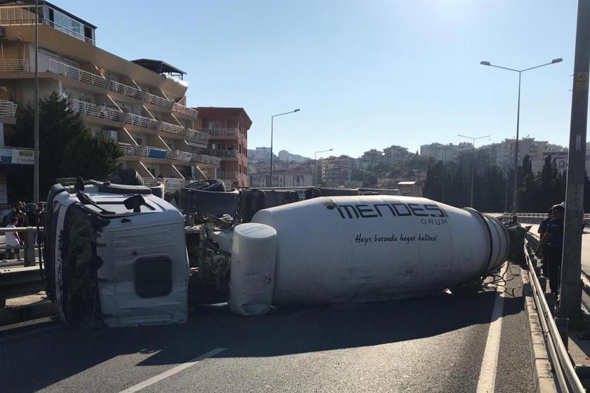 Beton mikseri viyadükte devrildi sürücüsü yaralandı