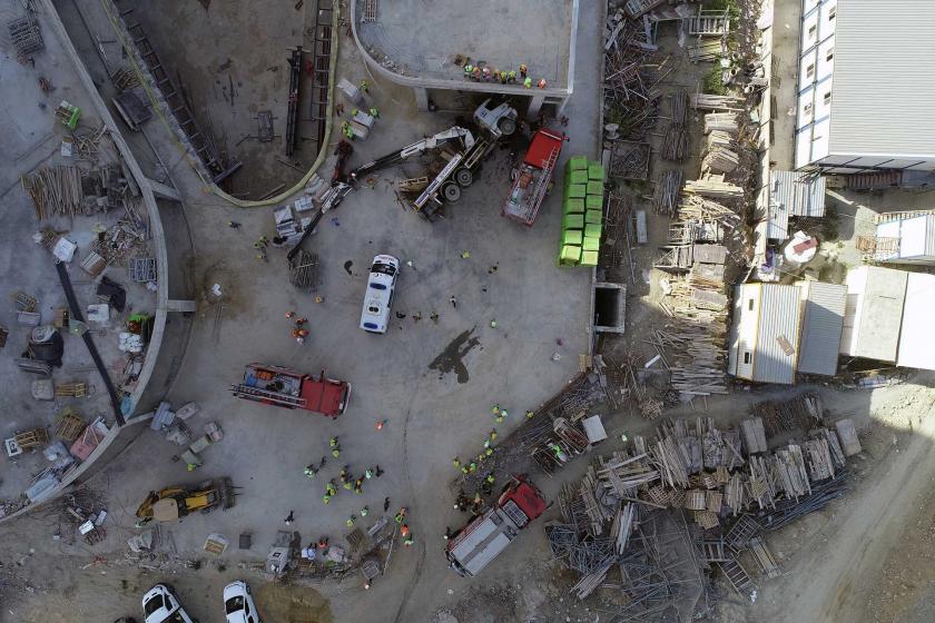 Bağcılar'da devrilen vinç kamyonunun sürücüsü ağır yaralandı