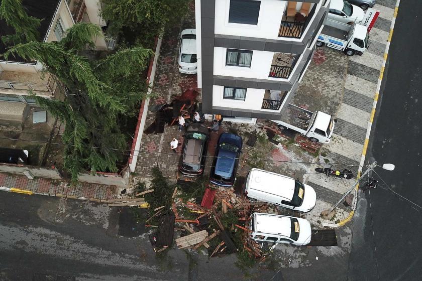 Maltepe'de okulun çatısı uçtu: 6 araç hasar gördü