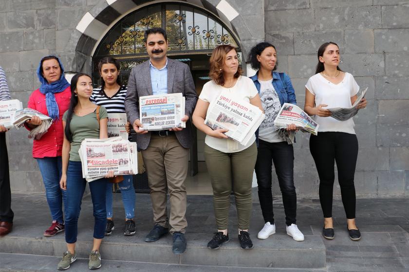 Sur'da belediye eş başkanları gazete dağıttı