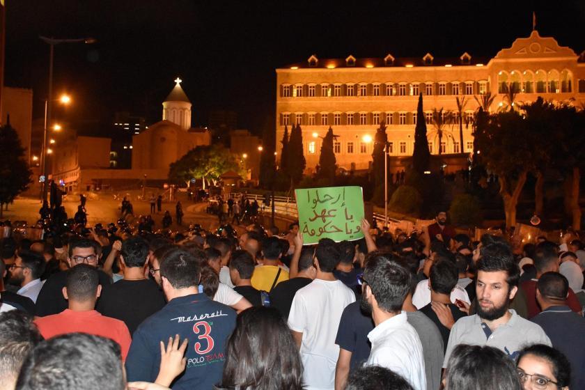 Lübnan'da halkın ekonomik kriz ve vergilere karşı protesto gösterisi sürüyor