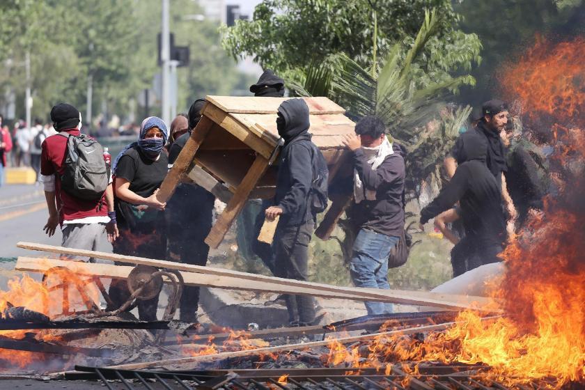 Şili'de protestolar sonrası ulaşım zammı askıya alındı, ordu ilk defa sokakta
