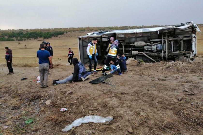 Üniversite öğrencilerini taşıyan otobüs devrildi: 27 yaralı