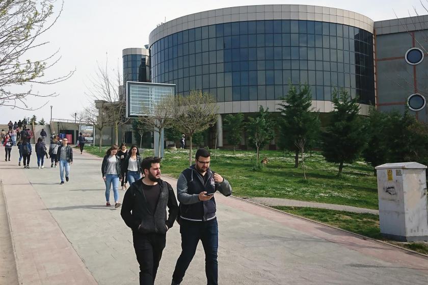 Kocaeli Üniversitesi kampüsünde yürüyen öğrenciler