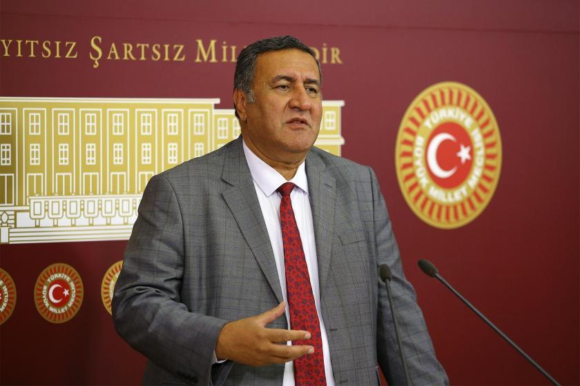 CHP Milletvekili Ömer Fethi Gürer TBMM'de basın toplantısı düzenlerken