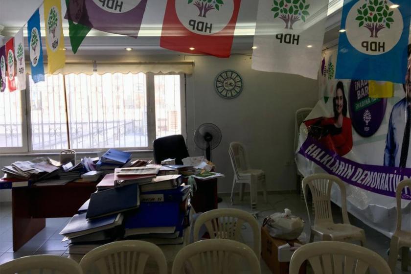 Arama yapılan HDP binasında dağıtılmış evraklar