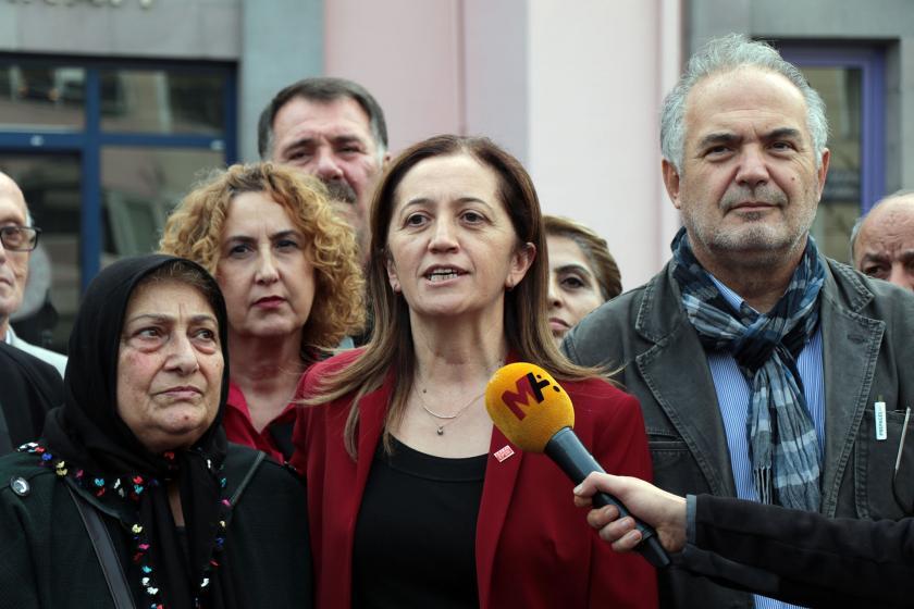 Arzu Çerkezoğlu, Sapanca Adliyesi önünde açıklama yapıyor