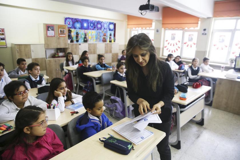Okulda öğrenciler ders görürken