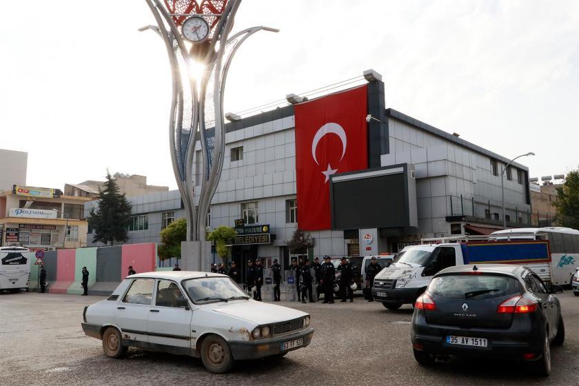 Polis ablukasına alınan Suruç Belediyesinin önü