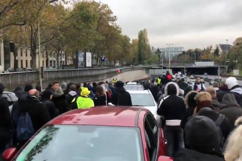 Paris sokaklarında toplanan sarı yelekliler