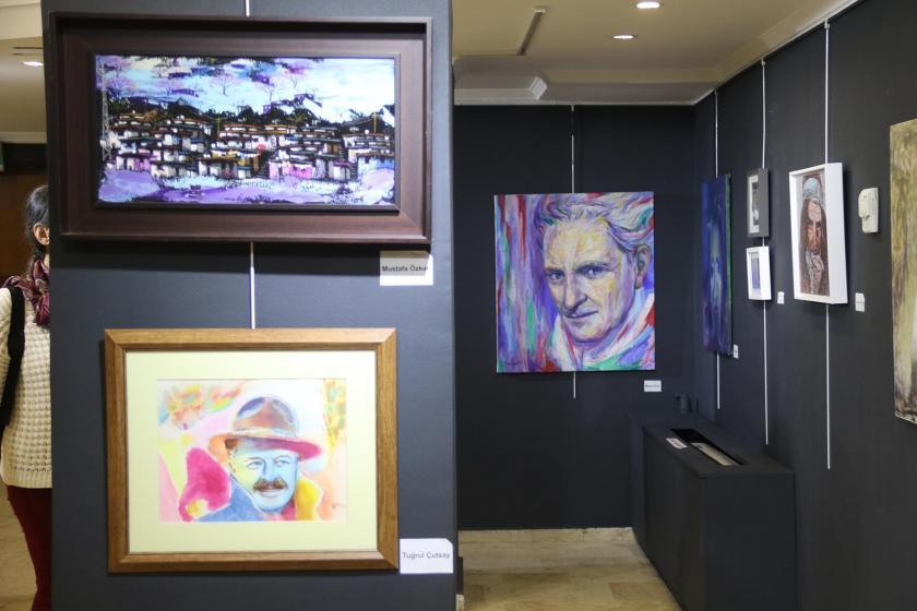 'Hayat için sanat' adlı sergide bulunan resimlerden 3 tanesini gösteren bir fotoğraf