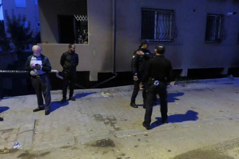 Yangın çıkan mobilya atölyesinin önünde bekleyen polisler ve yurttaşlar