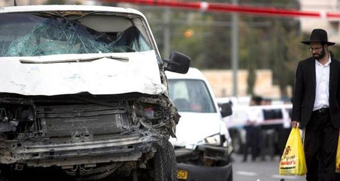 El Halil'de bir araç askerlere daldı: 3 yaralı