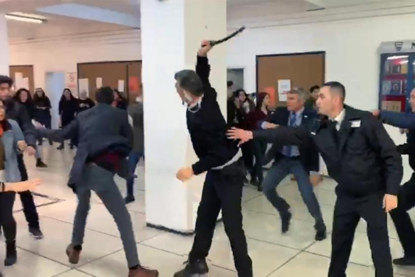 Ankara Üniversitesinde güvenlik görevlisi öğrencilere copla vururken