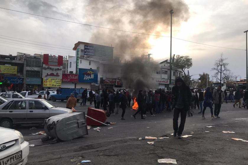 İran'da benzin zammına karşı başlayan protestolarda halk sokaklarda barikat kurarken