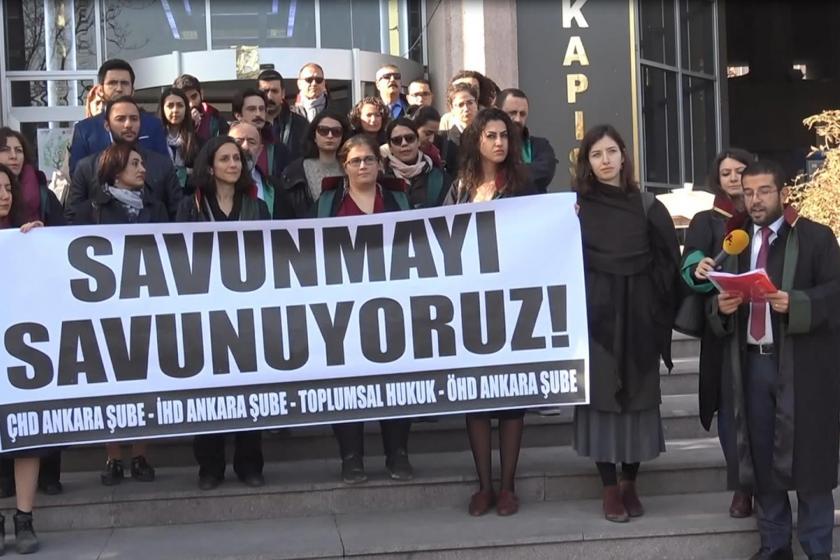ÇHD ve ÖHD üyesi avukatlar suç duyurusunda bulunmalarının ardından 'Savunmayı savunuyoruz!' pankartı ile basın açıklaması yaparken