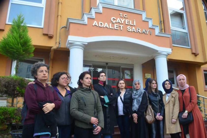 Çayeli Adalet Sarayı önünde bekleyen kadınlar