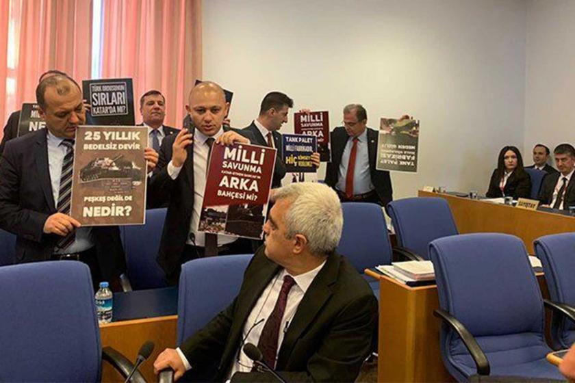 """CHP'li Milletvekili bütçe görüşmelerinde ellerinde """"Bedelsiz devir peşkeş değil de nedir?"""" dövizleri taşıyor."""