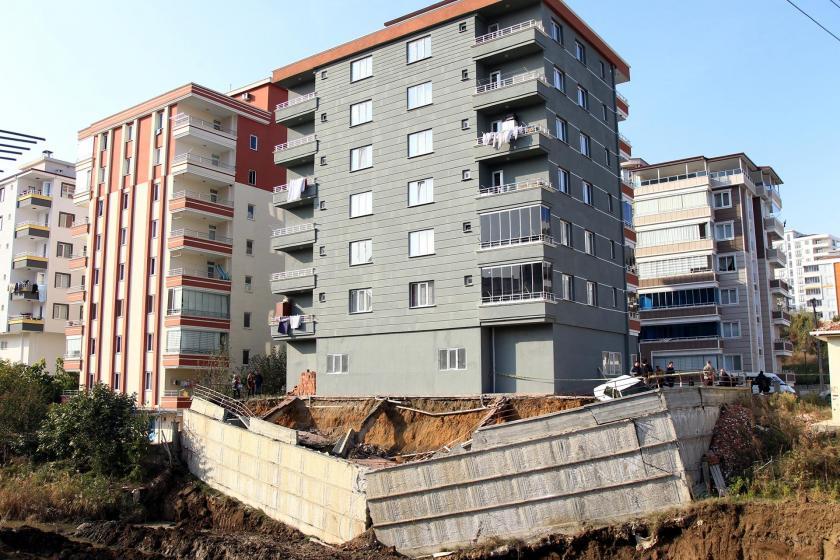Atakum Mahallesi'nde istinat duvarı çöken 6 katlı bina