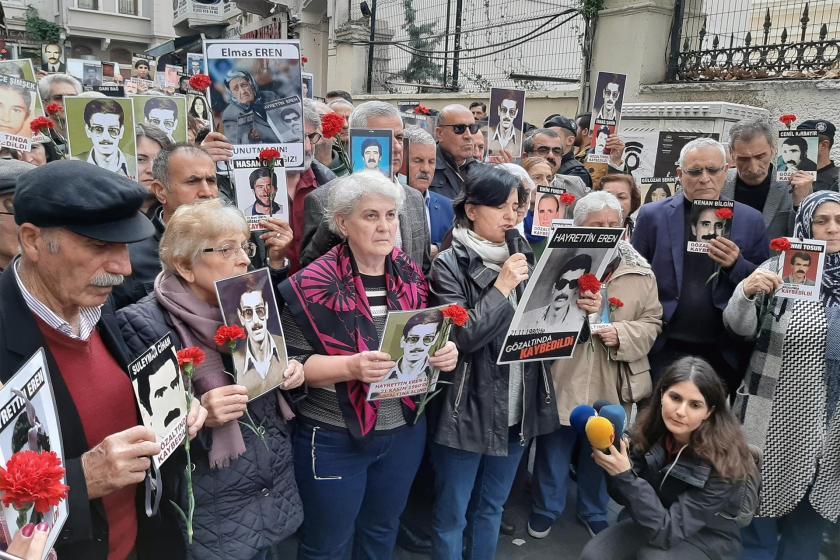 Hayrettin Eren'in akıbetini sormak için basın açıklaması yapan Cumartesi Anneleri,ellerinde kaybedilen yakınlarının fotoğraflarını taşıyor