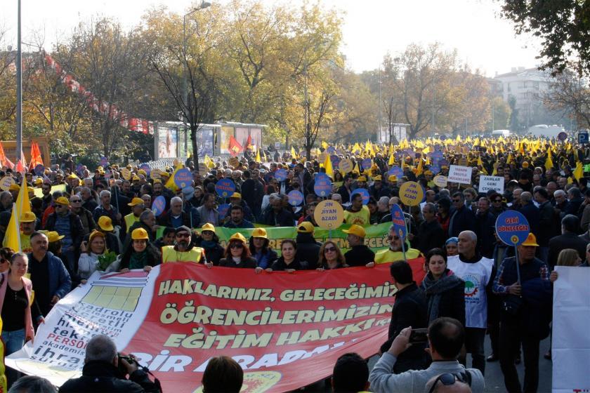 'Haklarımız, geleceğimiz, öğrencilerimizin eğitim hakkı için bir aradayız' pankartı ve ardında toplanan binlerce eğitim emekçisi
