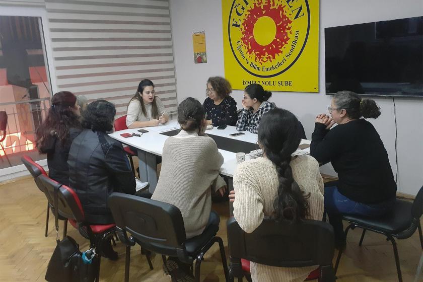 25 Kasım öncesi bir araya gelerek haklarını konuşan Ekmek ve Gül Okuru kadınlar sohbet ediyor