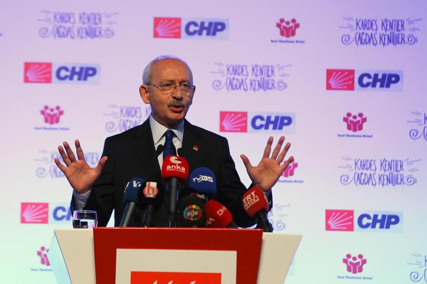 Kürsüde açıklama yapan Kemal Kılıçdaroğlu