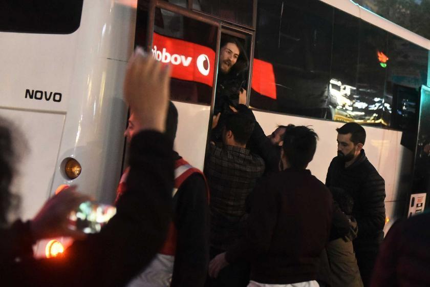 Direnişler Meclisi üyeleri polis tarafından darbedilerek polis otobüsüne bindiriliyor.
