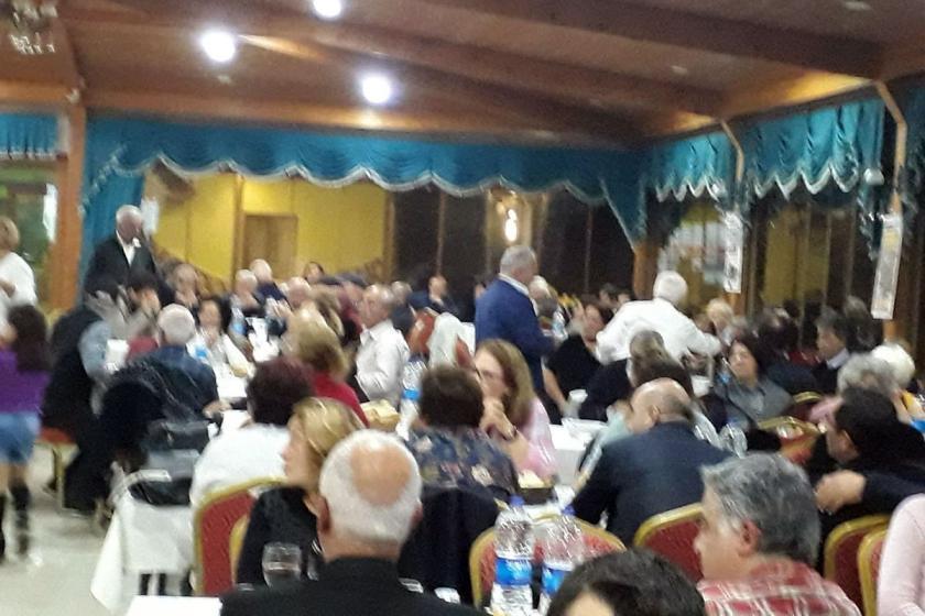 Dayanışma yemeğinde bir araya gelmiş insanlar.
