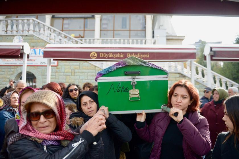 Ayşe Tuğba Arslan'ın cenazesini taşıyan kadınlar.