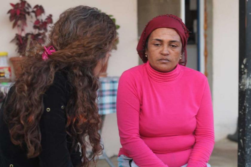 Fatma K. Muhabirimiz Gülsüm Mansur İmrek'e anlatırken
