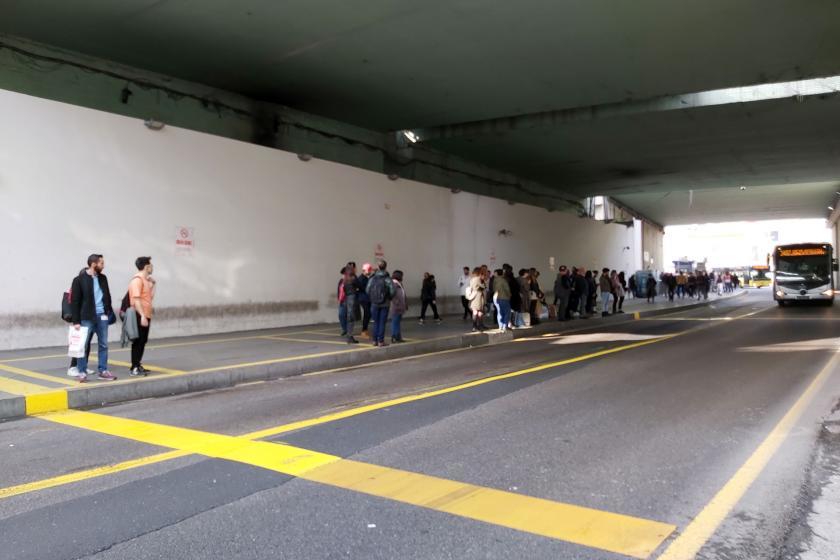 metrobüs duraklarına çizilen