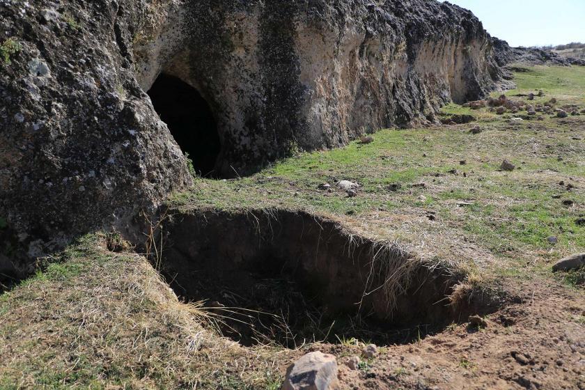 Diyarbakır'ın Eğil ilçesinde bulunan tarihi mağaranın önünde büyük bir çukur görünüyor.