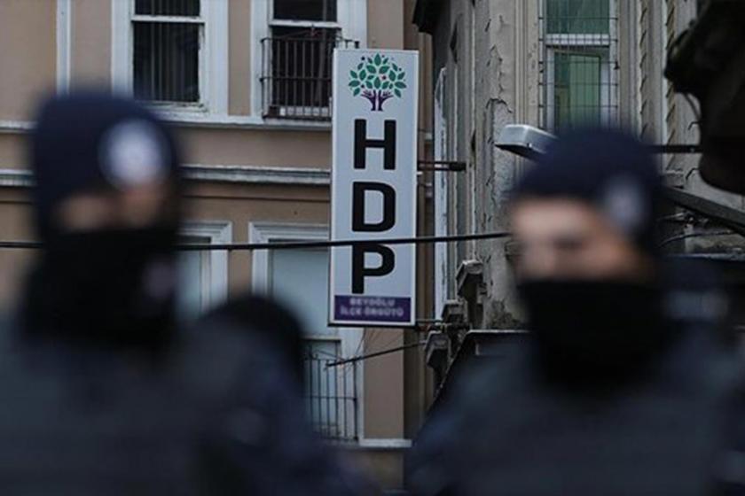HDP tabelası önünde bekleyen maskeli polisler