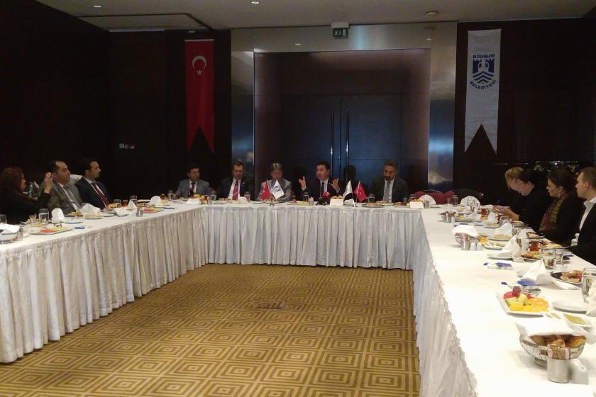 Bodrum Belediye Başkanı Ahmet Aras, gazetecilerle kahvaltıda bir  arada.