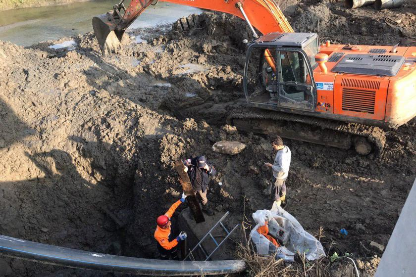 Kocaeli'de sondaj çalışması sırasında toprak altında kalan işçiyi kurtarma çalışması
