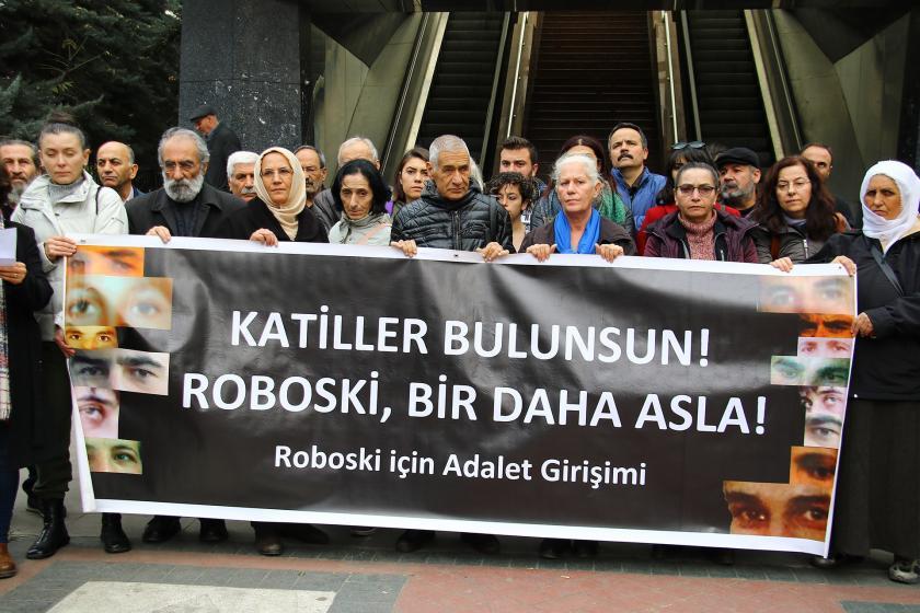 Roboski İçin Adalet Girişimi İHD Ankara Şubesi önünde basın açıklaması düzenliyor