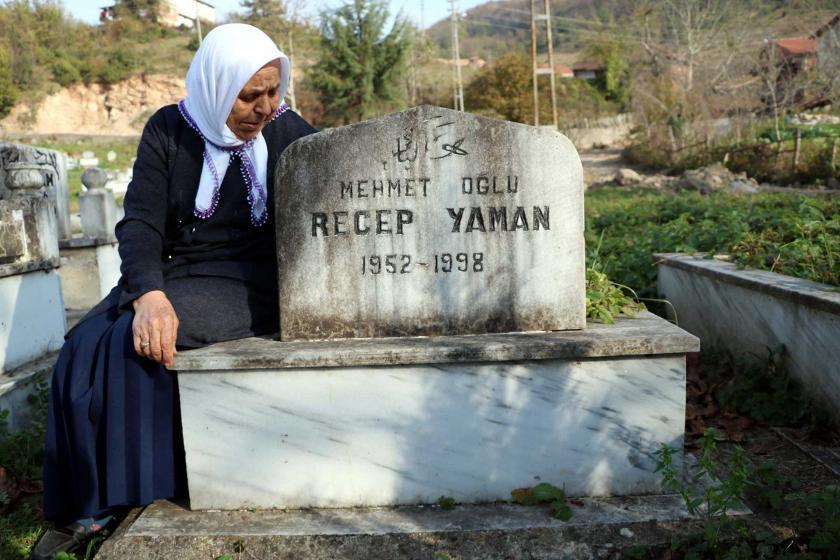 Recep Yaman'ın mezarı başında bekleyen eşi