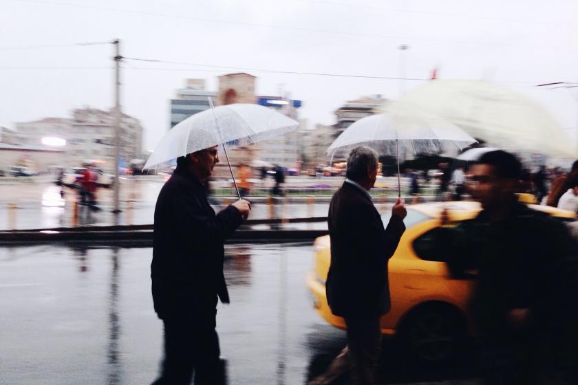 İstanbul'da yağmurlu havada yürüyen insanlar