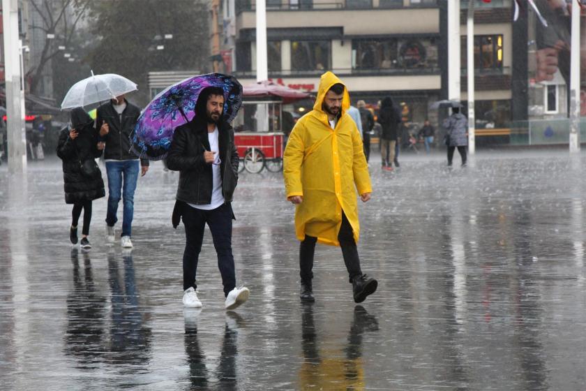 Yağmurda ıslanan vatandaşlar