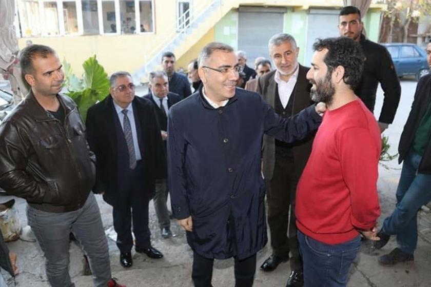 Esnaf ile sohbet eden AKP'li eski Yüreğir Belediye Başkanı Mahmut Çelikcan