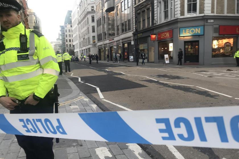 Londra Köprüsü'nde saldırının yaşandığı bölgede emniyet şeridinin içerisinde duran polisler